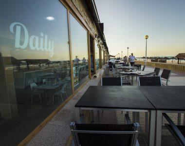 Atardecer en la terraza de Daily Gastrobar en el paseo marítimo de Daimús